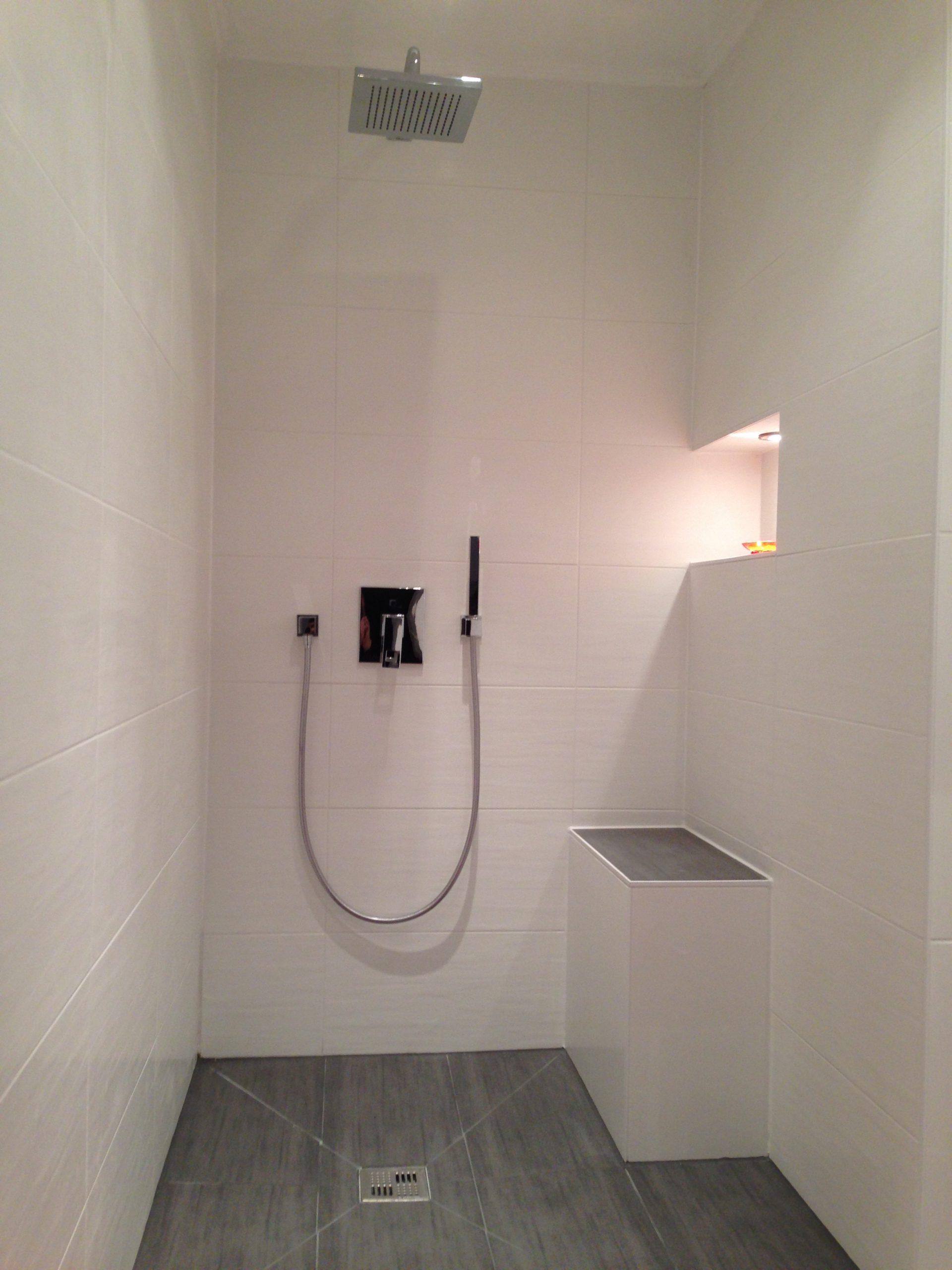 Begehbare Dusche mit Regendusche