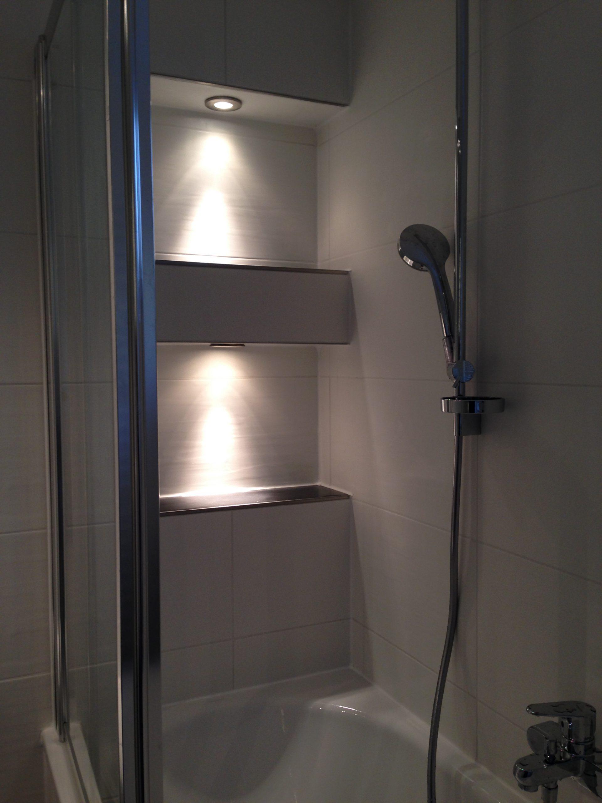 Moderne Dusche nach Renovierung