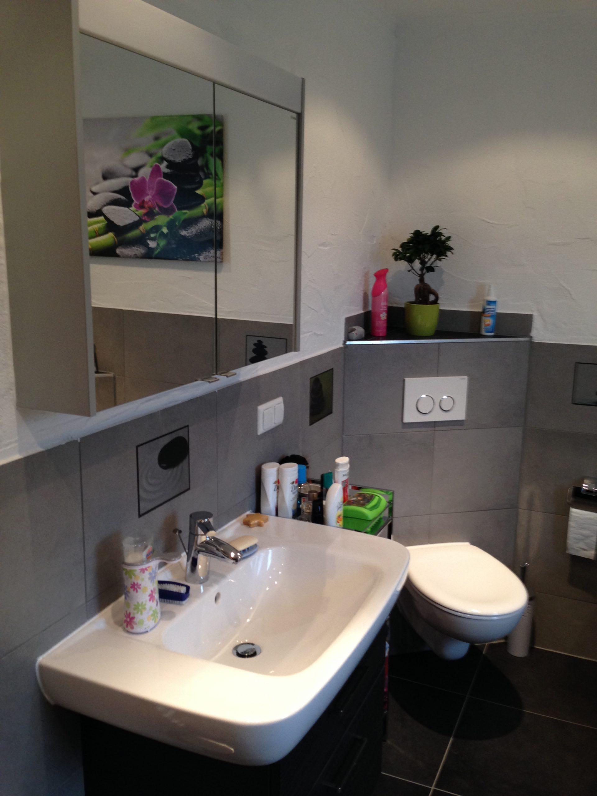Neues Badezimmer Toilette und Waschbecken