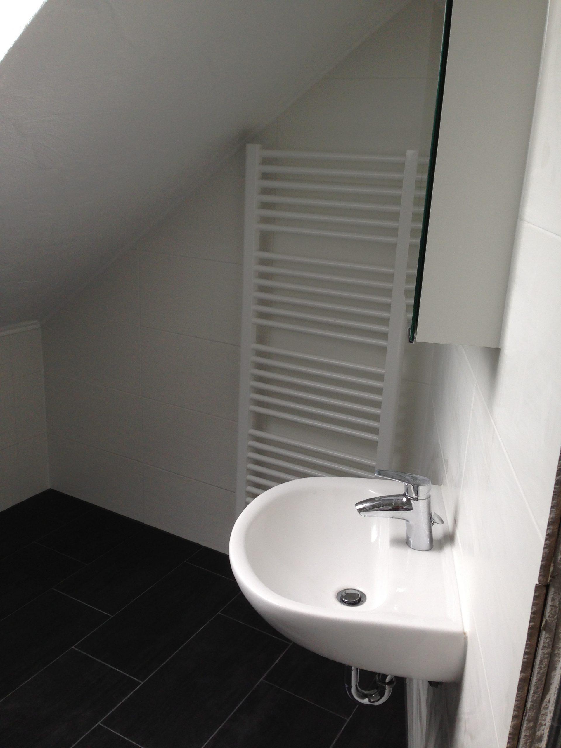 Neues Waschbecken und Fliesen nach Renovierung